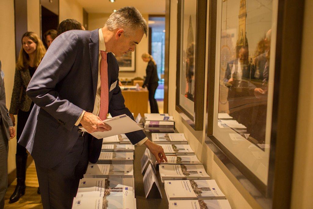 Event participants picking up fi-compass publications